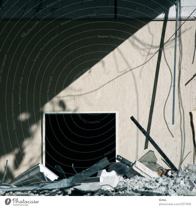 Staatsvandalismus schwarz Wand Fenster Stein Mauer kaputt Wandel & Veränderung Müll Vergänglichkeit Verfall Symbole & Metaphern Stahlkabel Loch chaotisch