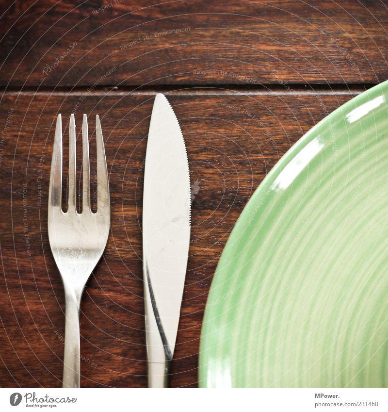 Mahlzeit Mittagessen Geschirr Teller Besteck Messer Gabel genießen braun grün silber Tisch Holz aufräumen Ernährung Gedeck rustikal glänzend Keramikteller