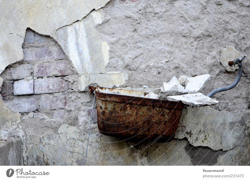 Ablagerungen im Spülkasten alt kalt Wand Gebäude Mauer Wohnung Innenarchitektur dreckig Fassade kaputt Wandel & Veränderung Baustelle Bad verfallen Toilette