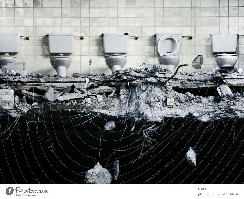 Öffentliche Toiletten dunkel Wand Gebäude Mauer sitzen Beton kaputt Bodenbelag Sauberkeit Fliesen u. Kacheln skurril Schwarzweißfoto chaotisch bizarr