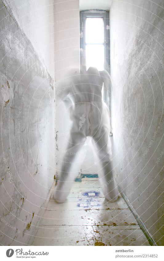 Kopflose Person Mensch Mann Haus Fenster Innenarchitektur Textfreiraum Raum Körper Aussicht Rücken stehen Ecke Maske Figur Theaterschauspiel