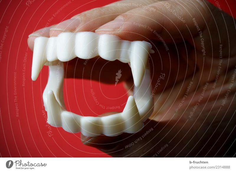 Bissig Zähne Finger Kunststoff festhalten bedrohlich dunkel gruselig rot weiß Wut bizarr Karneval Vampir vampirgebiss Requisit Gebiss beißen Dracula