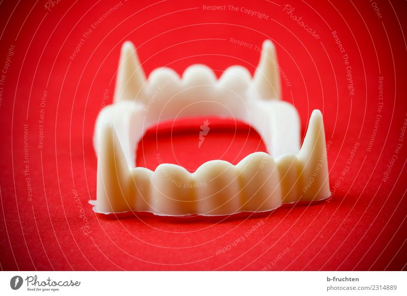 Vampirgebiss Feste & Feiern Karneval Kunststoff Küssen gruselig rot weiß Requisit Gebiss Zähne beißen Vampirzähne Spitze Maske Farbfoto Innenaufnahme