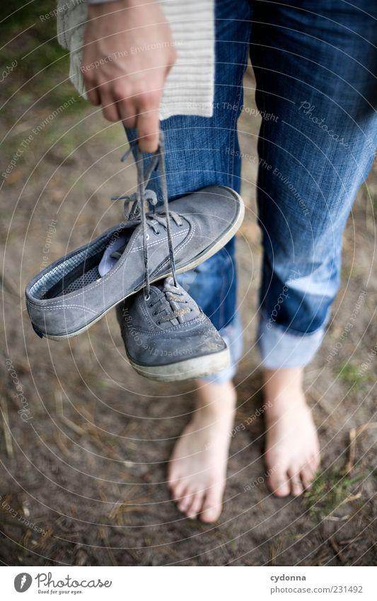 Barfuß Lifestyle Leben harmonisch Wohlgefühl Erholung ruhig Ausflug Freiheit Mensch Umwelt Natur Erde Jeanshose Schuhe Idee einzigartig Lebensfreude