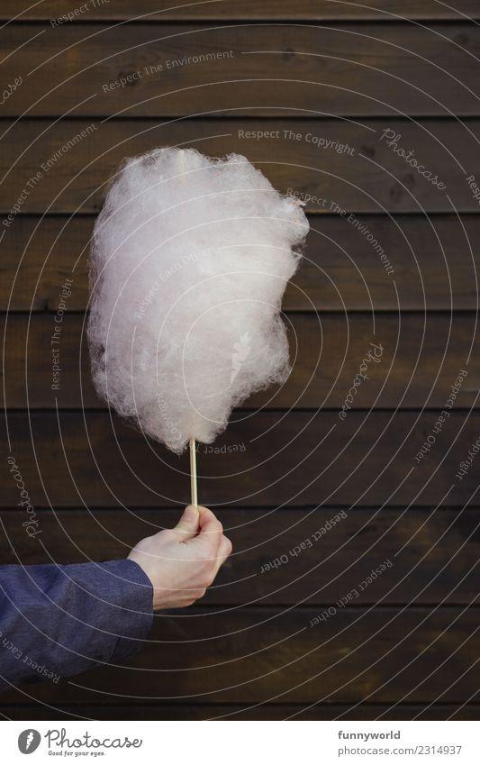 Hand hält Zuckerwatte vor Holzwand Lebensmittel Süßwaren Ernährung Diät Duft lecker süß weich ungesund Jahrmarkt stoppen rosa Wolken Hintergrundbild schenken