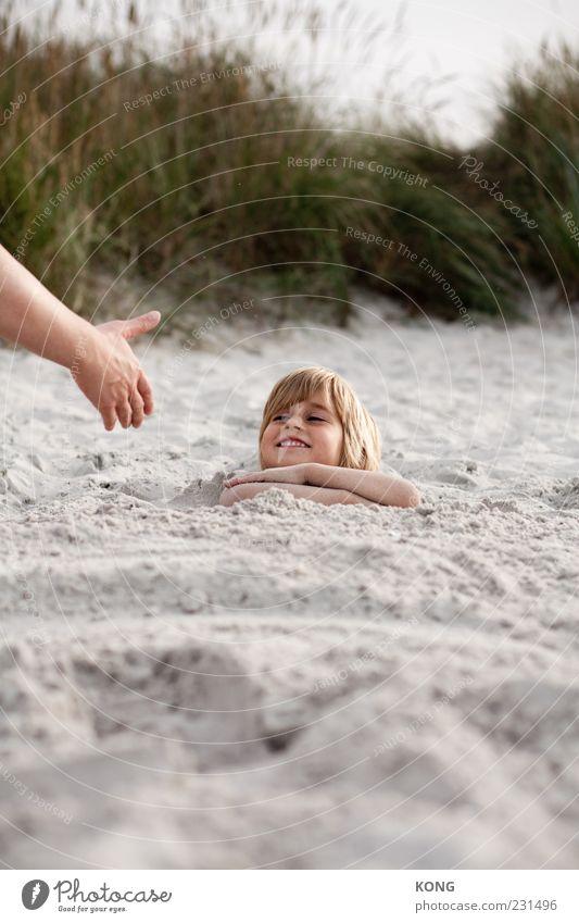 hilfe nicht benötigt Mensch Kind Hand Ferien & Urlaub & Reisen Meer Strand Freude Gesicht Erholung Junge Kopf Gras Glück Sand lachen lustig