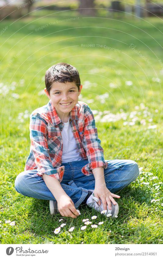Smart casual tragend Teenager posierend im Freien Lifestyle Freude Glück Gesicht Spielen Garten Kind Schulkind Mensch Kleinkind Junge Mann Erwachsene Kindheit