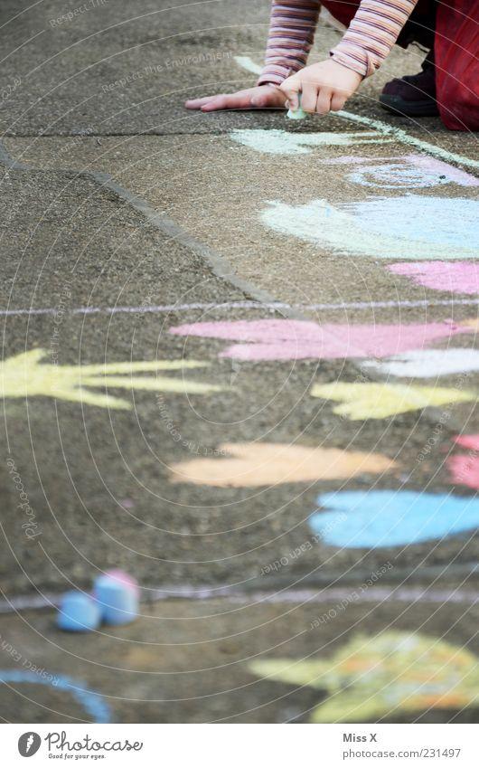 Herzchen Mensch Kind Hand Mädchen Farbe Spielen Wege & Pfade Kindheit Freizeit & Hobby Arme malen Kreativität Kleinkind Bürgersteig zeichnen