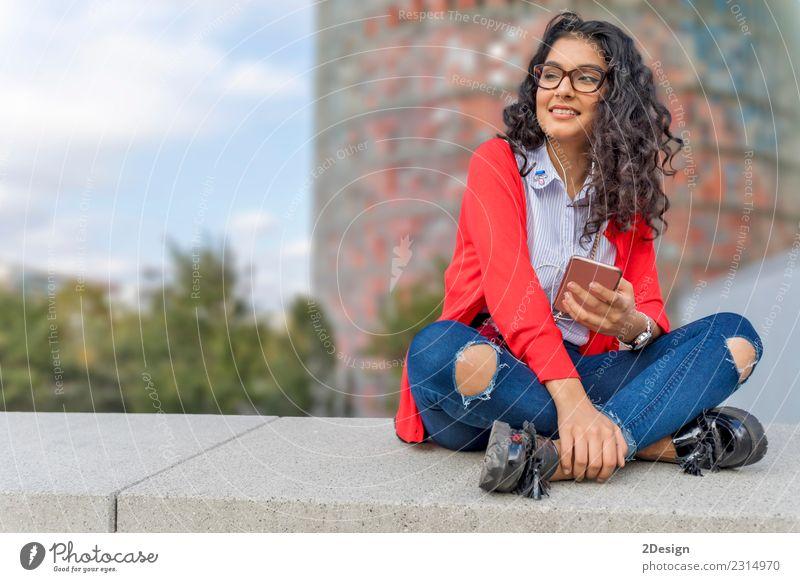 Eine junge Frau beim Musikhören auf dem digitalen Tablett Freude Freiheit Sonne Entertainment Telefon MP3-Player Technik & Technologie Erwachsene Jugendliche