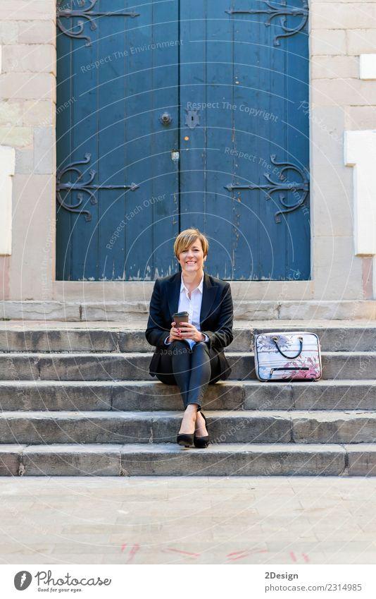 Frau Mensch schön Erwachsene Straße Lifestyle Glück Business Mode Arbeit & Erwerbstätigkeit Park Technik & Technologie sitzen kaufen lesen Telefon