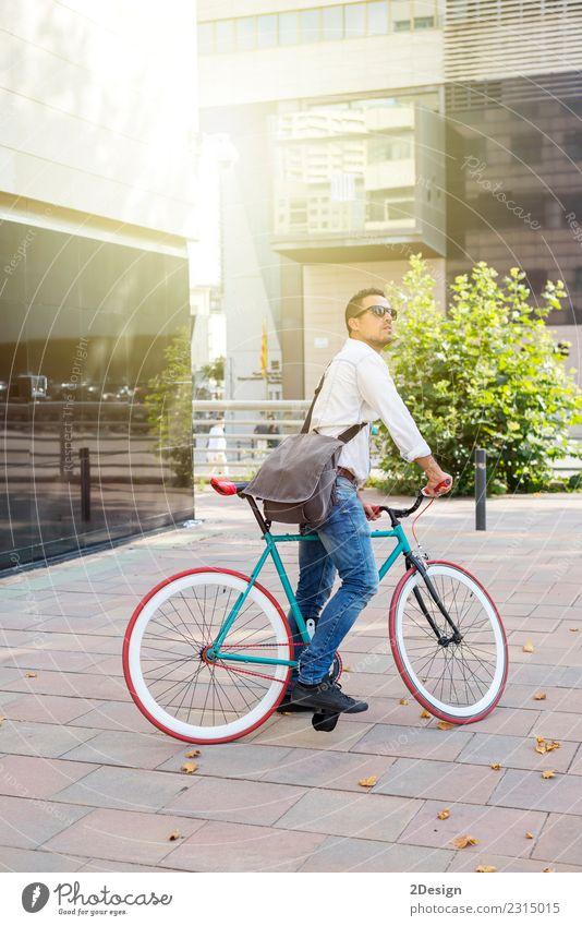 Jugendliche Mann weiß Erholung Erwachsene Straße Sport Mode Stadtleben stehen Lächeln Jugendkultur Brille Jeanshose Gesichtsausdruck Glatze