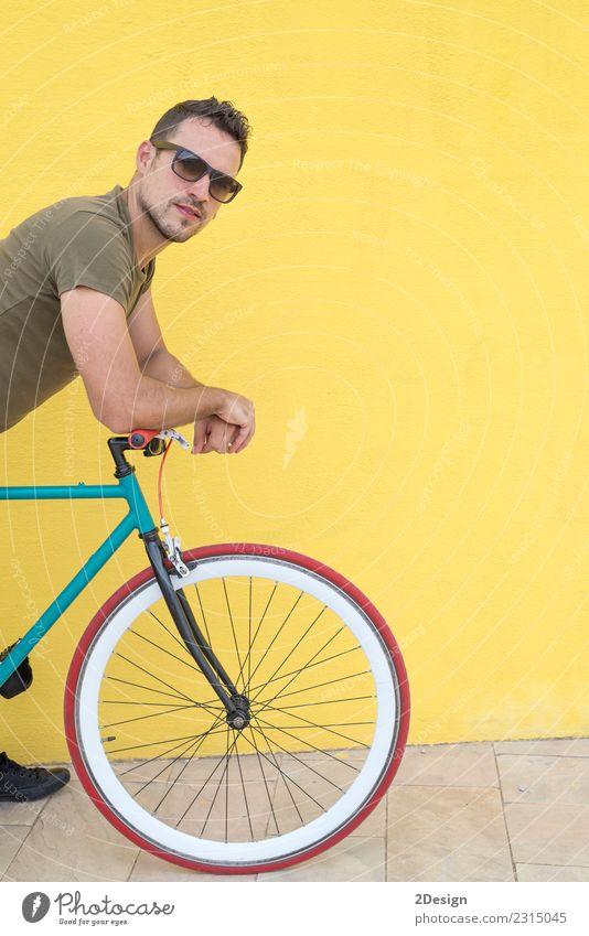 Mann, der mit seinem Fahrrad mit festem Gang posiert. Lifestyle Stil Freude Glück Freizeit & Hobby Ferien & Urlaub & Reisen Fahrradfahren Mensch Erwachsene