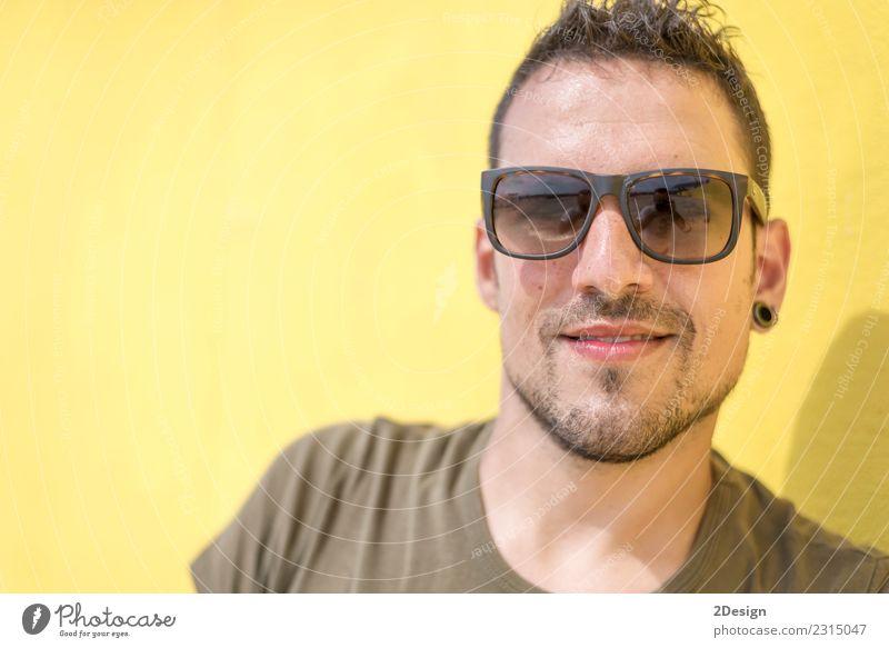 Buntes Porträt eines gutaussehenden Mannes Lifestyle Stil Haare & Frisuren Mensch Erwachsene Mode T-Shirt Sonnenbrille Vollbart Coolness hell trendy modern klug