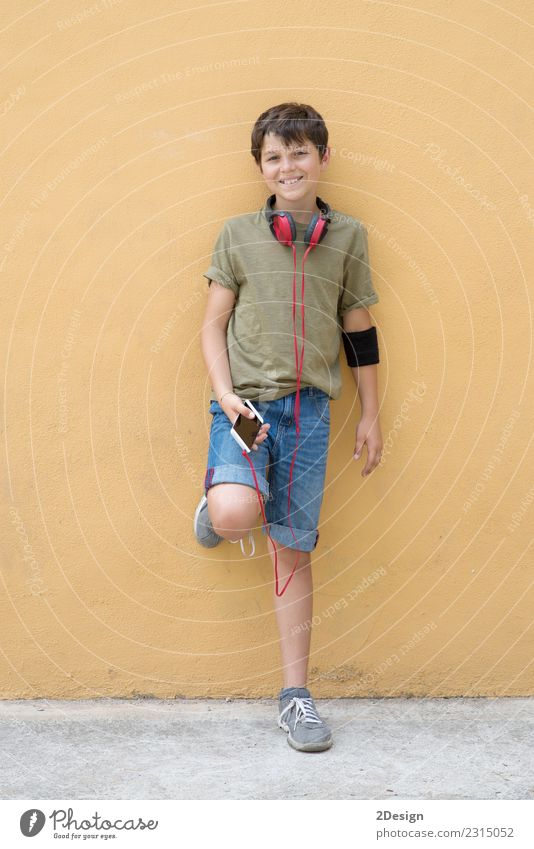 Attraktiver Teenager im grünen T-Shirt Lifestyle Stil Freude Glück Musik Telefon Headset PDA Technik & Technologie Mensch Junge Mann Erwachsene Mode hören