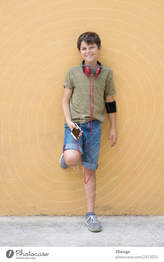Mensch Mann weiß Freude Erwachsene Lifestyle Stil Junge Glück Mode modern Musik Technik & Technologie stehen Lächeln Telefon