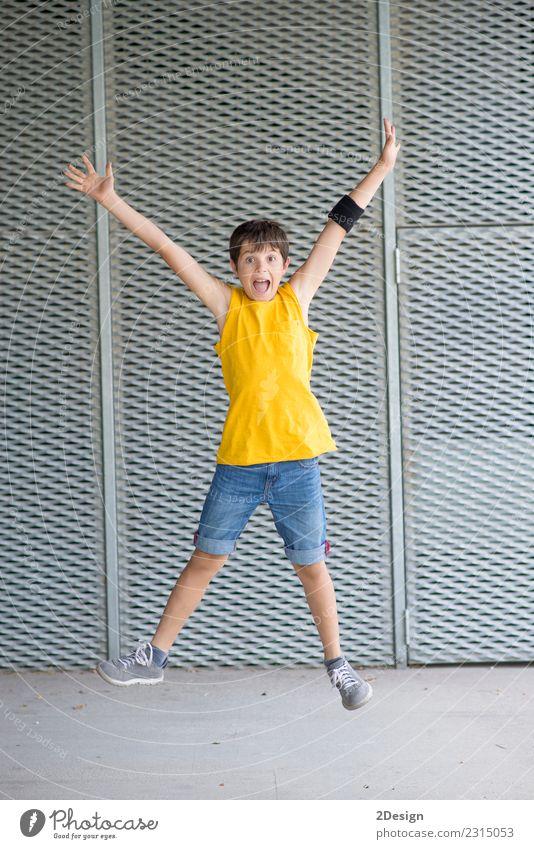 Ein junger Teenager springt Lifestyle Freude Freiheit Sommer Sport Erfolg Kind Junge Mann Erwachsene Jugendliche Arme Wiese Bekleidung Jeanshose Bewegung