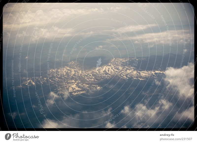 Aus dem Flugzeug Himmel Natur blau weiß Wolken Ferne kalt Schnee Umwelt Landschaft Berge u. Gebirge Freiheit Luft Eis Felsen natürlich