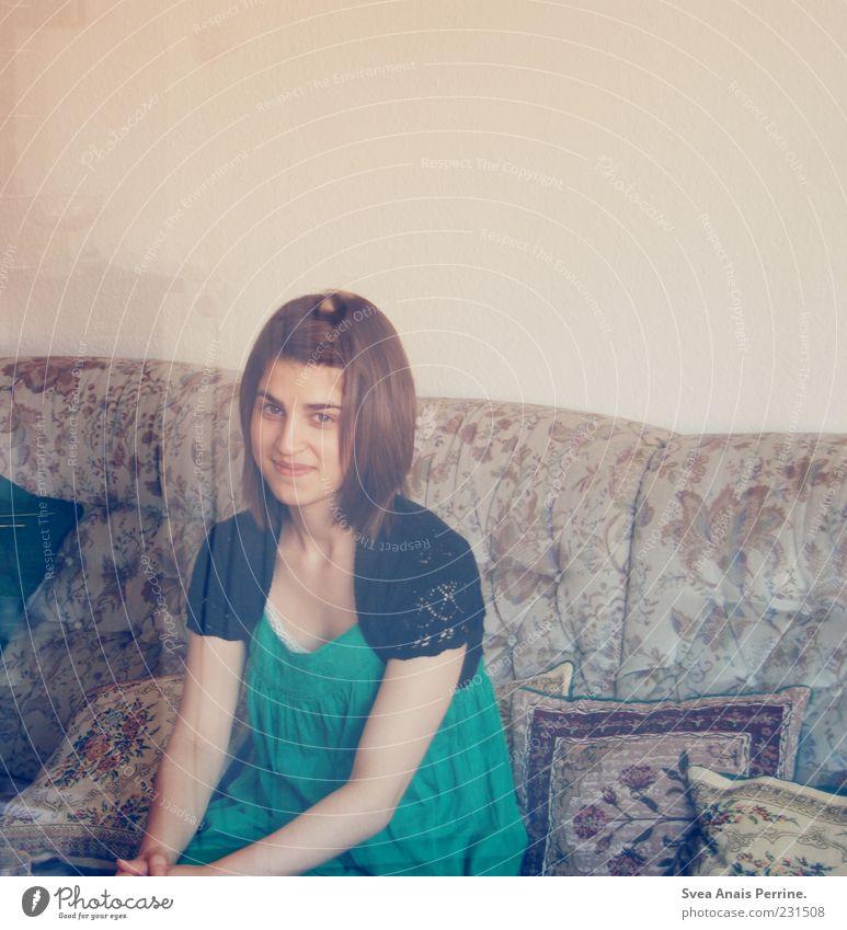 privat. feminin Junge Frau Jugendliche 1 Mensch 18-30 Jahre Erwachsene Kleid brünett sitzen Freundlichkeit natürlich dünn schön Zufriedenheit Sofa Kissen