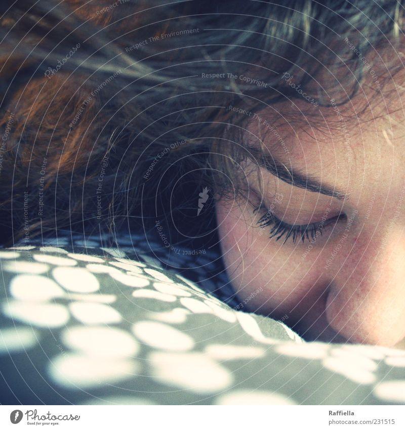 duften Jugendliche Erwachsene Auge Nase 18-30 Jahre Punkt berühren Locken brünett genießen Duft Geruch Junge Frau langhaarig Wimpern Kissen