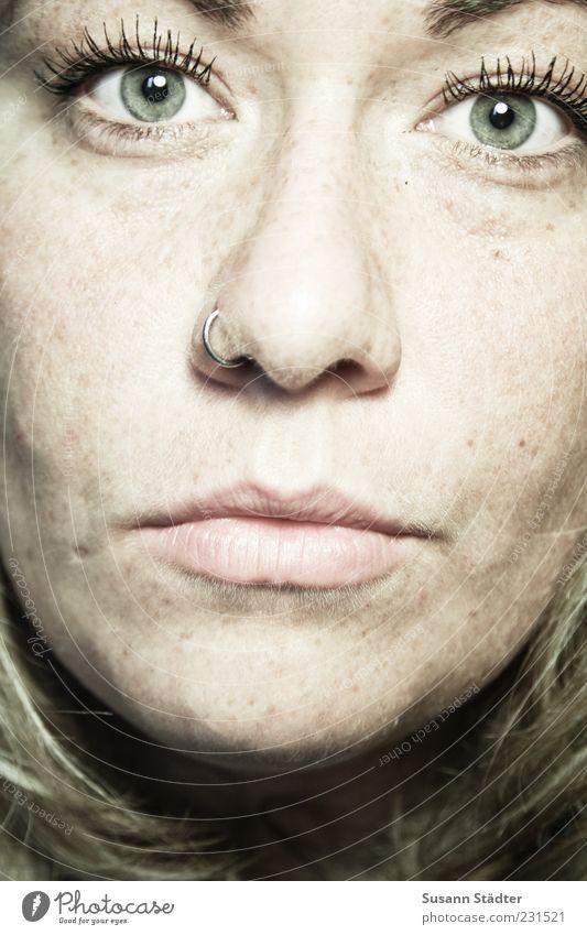 . feminin Kopf Gesicht Mund blond nah Nasenpiercing Piercing Sommersprossen Farbfoto Studioaufnahme Nahaufnahme Kunstlicht Lichterscheinung Zentralperspektive