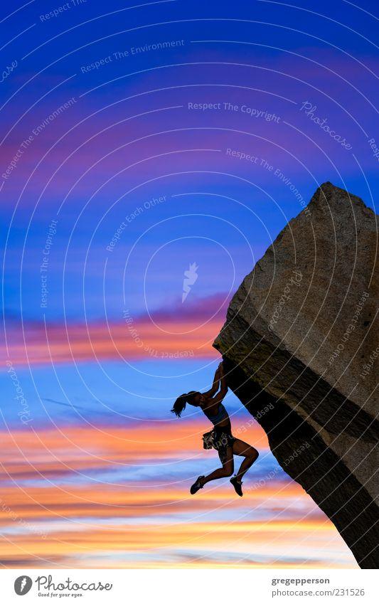 Weibliche Klettererin. Leben Abenteuer Sport Klettern Bergsteigen Erfolg Junge Frau Jugendliche 1 Mensch 18-30 Jahre Erwachsene Himmel hängen sportlich hoch