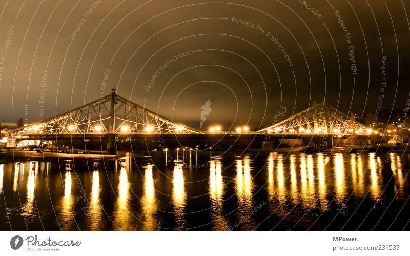 Das blaue Wunder Wasser gelb Lampe nass Brücke leuchten Fluss Bauwerk Dresden Laterne Stahl Denkmal Wahrzeichen Sehenswürdigkeit