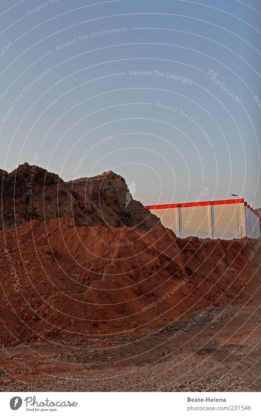Auf Sand gebaut weiß rot Gebäude braun Erde Baustelle Bauwerk Industrieanlage Sandhaufen