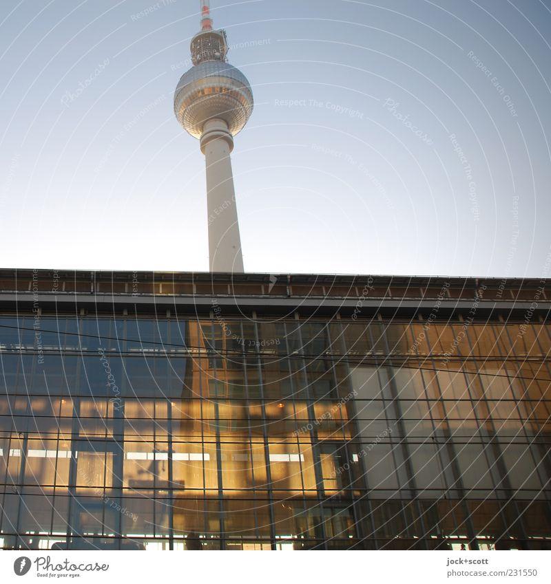gefühlte Fünf vor zwölf Stadt schön ruhig Architektur oben Fassade leuchten authentisch Glas Perspektive Warmherzigkeit Schönes Wetter Turm Bauwerk Wolkenloser Himmel Hauptstadt