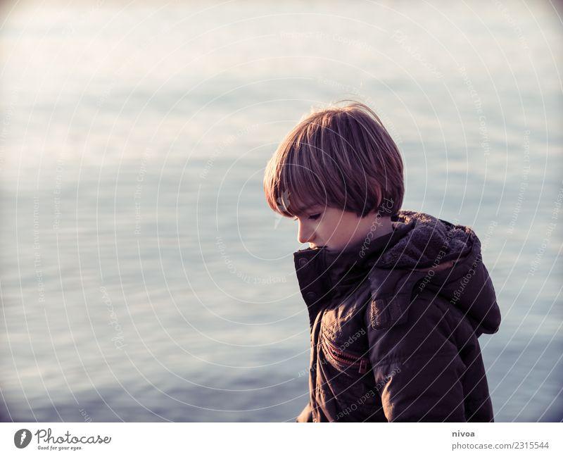 Junge am See Gesundheit Kind Schulkind Mensch maskulin Kindheit 1 8-13 Jahre Natur Landschaft Wasser Klima Wetter Jacke Mantel brünett blond atmen beobachten