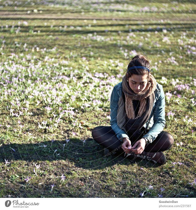 genau so. Frau Mensch Natur Jugendliche schön Pflanze Erwachsene feminin Umwelt Traurigkeit träumen Stimmung Park Wetter sitzen warten