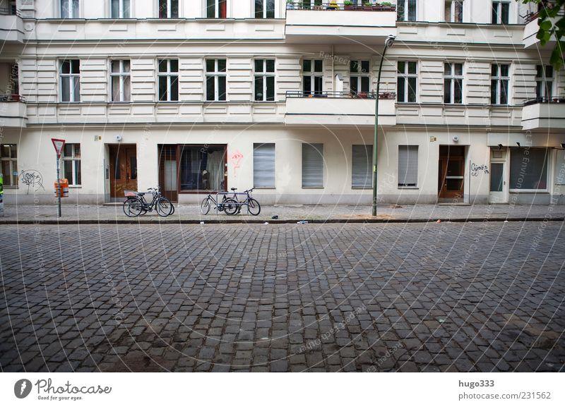 Berlin X Stadt Haus Straße Fenster Stein Tür Fassade Häusliches Leben Laterne Balkon Straßenbelag Hauptstadt Pflastersteine Bordsteinkante Altbau