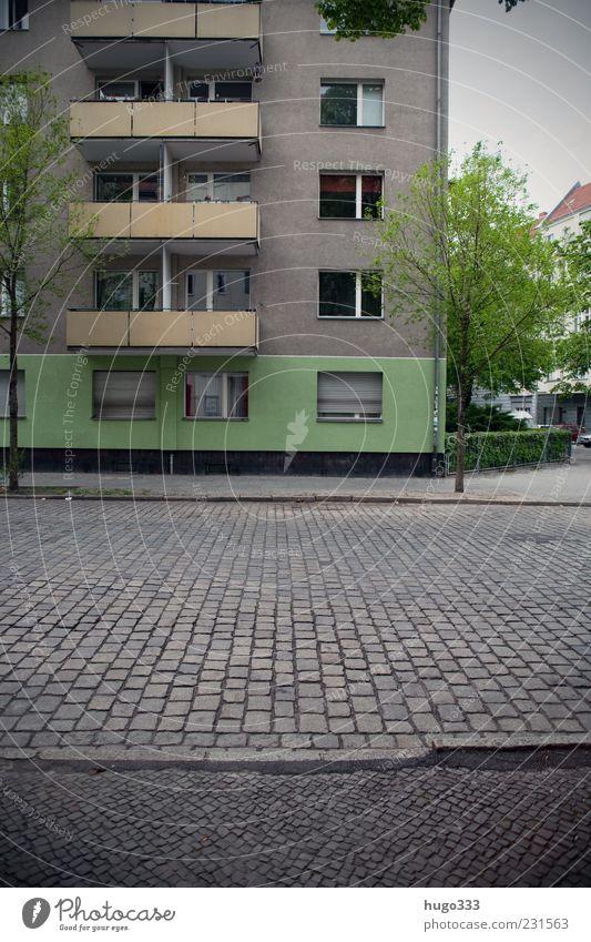 Berlin XI Stadt grün Baum Straße grau Stein Fassade trist Bürgersteig Verkehrswege Balkon Kopfsteinpflaster schäbig Hauptstadt Pflastersteine