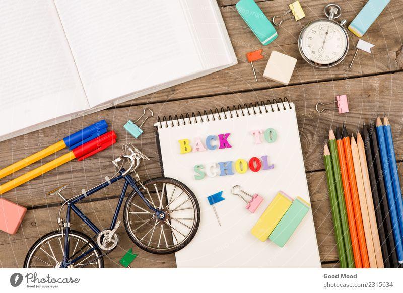 """Einschreibung von """"back to school"""", Fahrradmodell, Stoppuhr, Buch Tisch Kind Schule Studium Büro Werkzeug Kindheit Papier Holz hell Hintergrund Kulisse"""