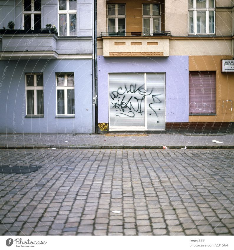 Berlin XII blau Stadt rot Haus Straße Graffiti Stein Fassade geschlossen Häusliches Leben Berlin Bürgersteig Balkon Ladengeschäft Verkehrswege Kopfsteinpflaster