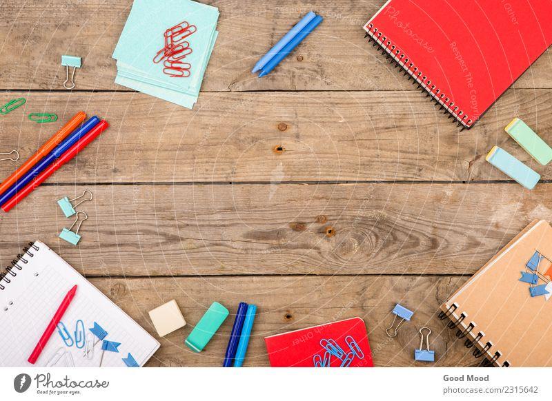 Kind blau rot schwarz Holz Kunst Schule Design Büro Kindheit Aussicht Tisch Papier Text Top Kreide