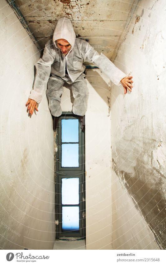 Schwerkraft Mensch Mann Haus Fenster Innenarchitektur Textfreiraum Raum Aussicht Rücken stehen Ecke fallen Maske Theaterschauspiel Geister u. Gespenster hängen