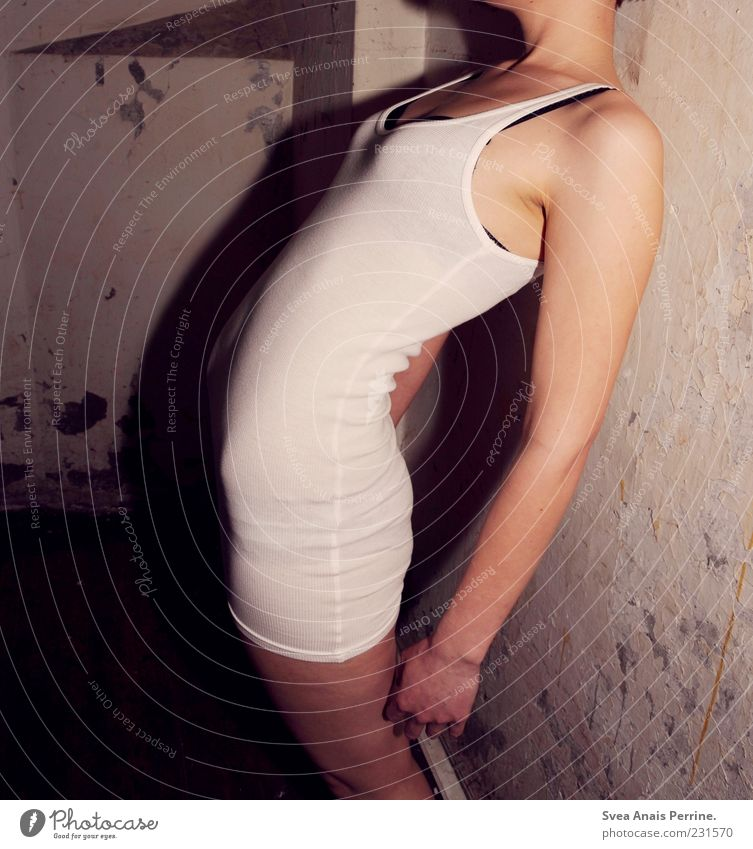 gesellschaftlicher trash. feminin Junge Frau Jugendliche Körper Arme Hand Gesäß Beine 1 Mensch 18-30 Jahre Erwachsene Mauer Wand stehen dünn Top kopflos krumm