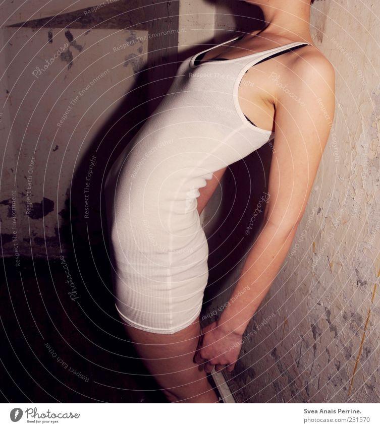 gesellschaftlicher trash. Mensch Jugendliche Hand weiß Erwachsene feminin Wand Mauer Beine Körper Arme außergewöhnlich stehen 18-30 Jahre Körperhaltung Gesäß