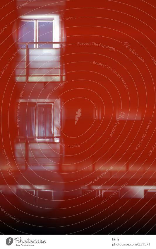 durchblick rot Haus Fenster Architektur Wohnung Fassade Neugier Balkon Fensterscheibe Durchblick Blendenfleck schemenhaft Jalousie Fensterblick Sichtschutz