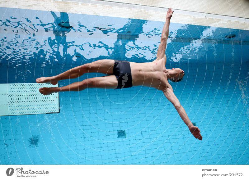 Flugstunde Freizeit & Hobby Sportler Schwimmbad Mensch maskulin Mann Erwachsene Jugendliche Körper 1 18-30 Jahre Wasser Badehose Bewegung fliegen springen