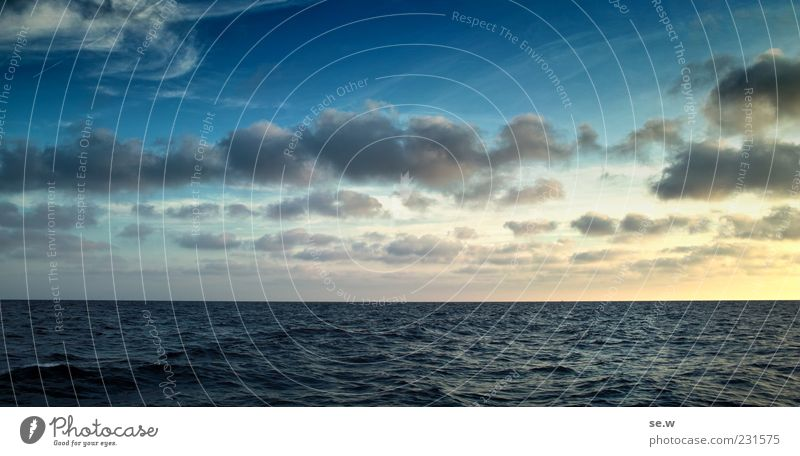 Abendhimmel blau Ferien & Urlaub & Reisen Meer Sommer ruhig gelb Erholung Gefühle Horizont Unendlichkeit Sehnsucht Schönes Wetter Lebensfreude Fernweh Mittelmeer Wolkenhimmel