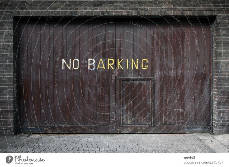 Hinweis auf einem Garagentor Stadt Hauptstadt Stadtzentrum Haus Platz Parkhaus Straße Verkehrszeichen Verkehrsschild braun Parkplatz Stellplatz Hinweisschild