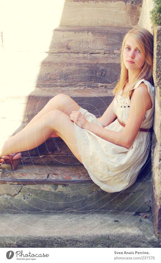 / I Lifestyle elegant Stil feminin Junge Frau Jugendliche 1 Mensch 18-30 Jahre Erwachsene Mauer Wand Fassade Treppe Kleid sitzen dünn Freundlichkeit schön