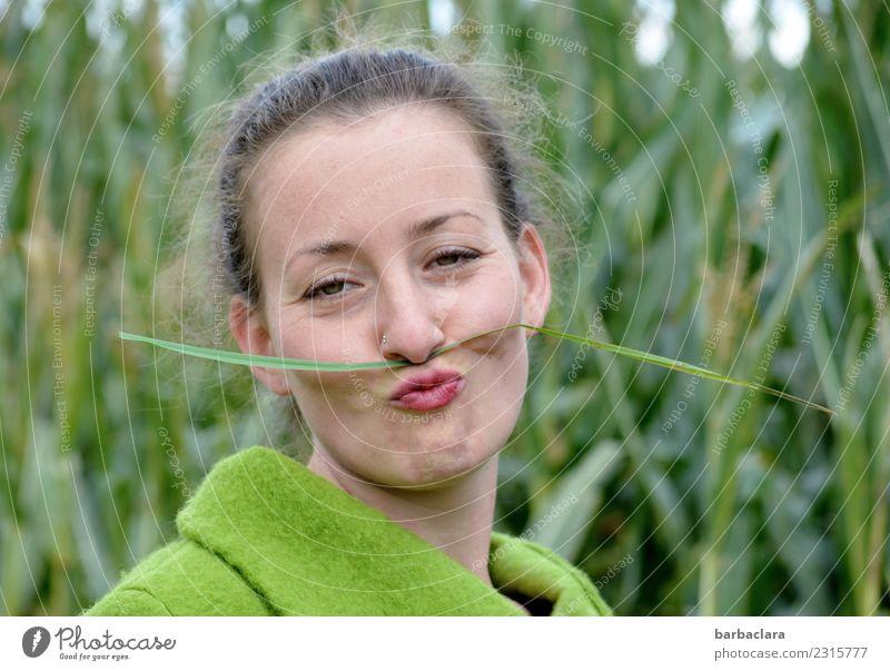 Kurioses | junge Frau mit grasgrünem Schnurrbart feminin Erwachsene 1 Mensch Natur Pflanze Herbst Klima Gras Maisfeld Feld Jacke Oberlippenbart Locken Lächeln