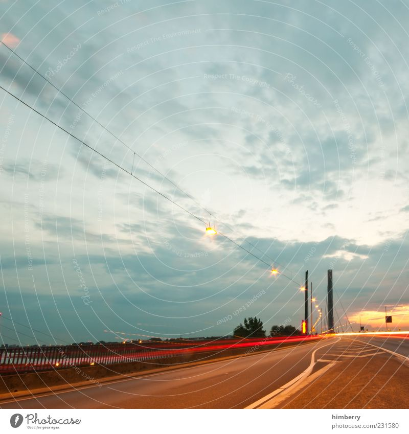 adobe bridge Verkehr Verkehrswege Straßenverkehr Wege & Pfade Gefühle Stimmung Bewegung Geschwindigkeit Fahrbahn Fahrbahnmarkierung Farbfoto mehrfarbig