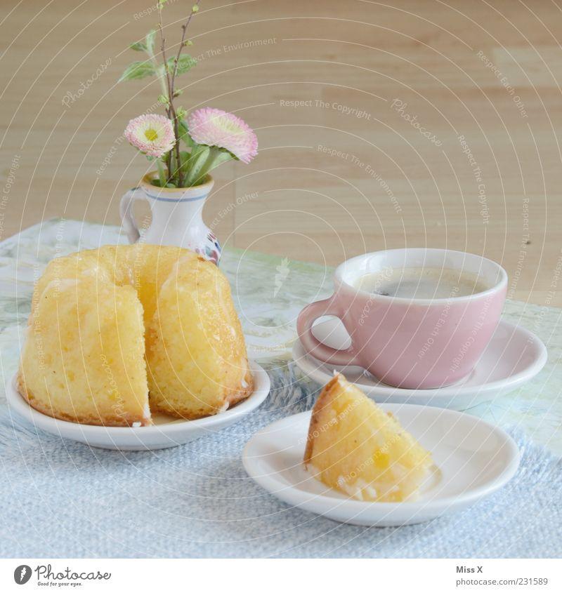 Sonntagstisch Lebensmittel Kuchen Ernährung Kaffeetrinken Heißgetränk Geschirr Teller Tasse Blume klein lecker süß Miniatur Kaffeetasse Gugelhupf Blumenvase