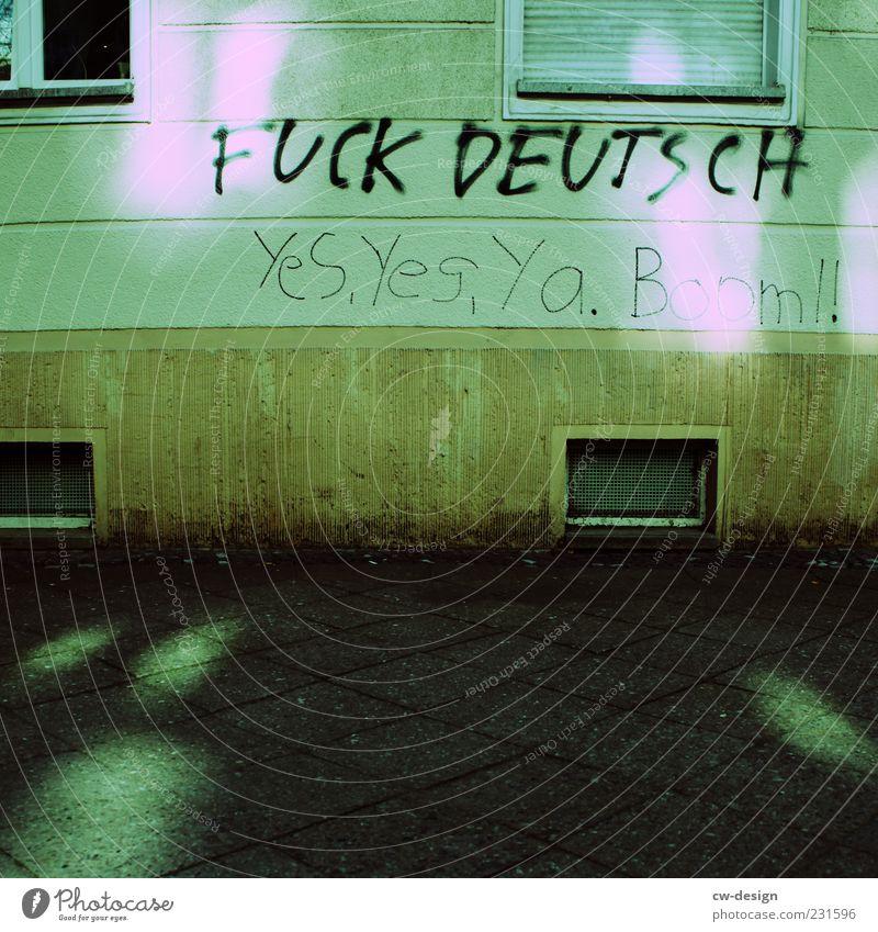 Yes, Yes, Ya. Boom!! grün Haus Fenster Wand Graffiti grau Gebäude Mauer Deutschland Fassade authentisch außergewöhnlich Lifestyle Kommunizieren Bildung