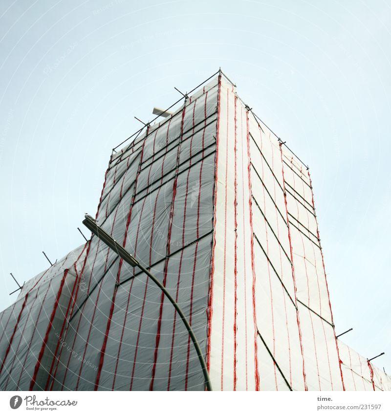 Schlafanzug Himmel Perspektive Sicherheit Turm Baustelle Schutz Laterne Straßenbeleuchtung Symmetrie Abdeckung Baugerüst Gerüst Absicherung Gebäude Eisenstangen