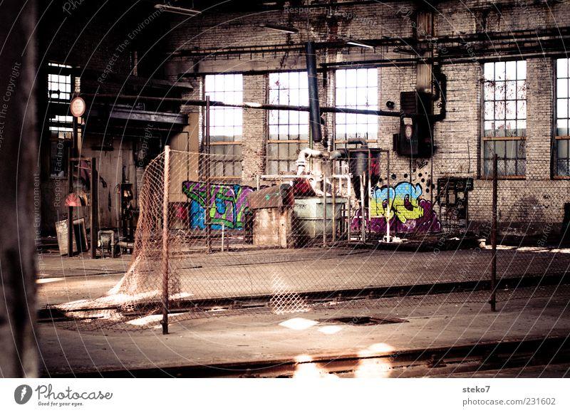 Inhouse Graffiti Fabrik Vergangenheit Verfall trashig Halle Industrieanlage mehrfarbig Menschenleer