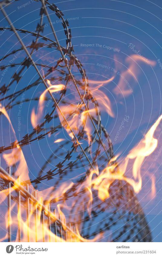 Der heiße Draht Himmel blau rot Metall Wärme Energie Feuer Sicherheit gefährlich bedrohlich Urelemente heiß Grenze Zaun brennen silber